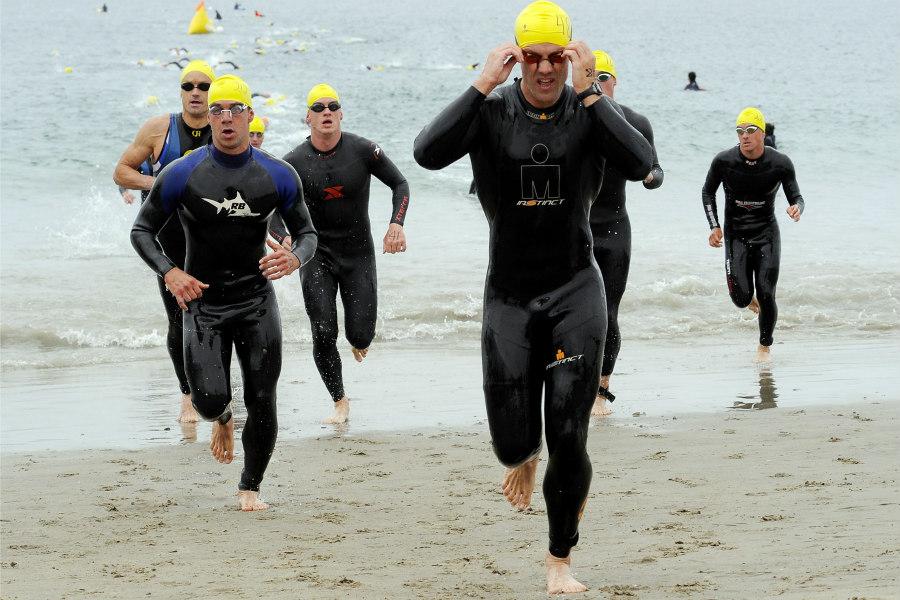 triatletas saliendo del agua