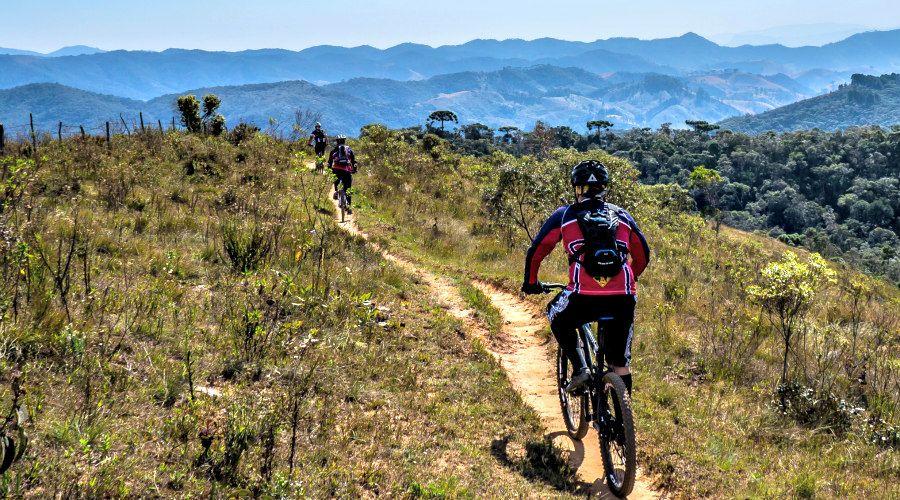 ciclistas por el monte