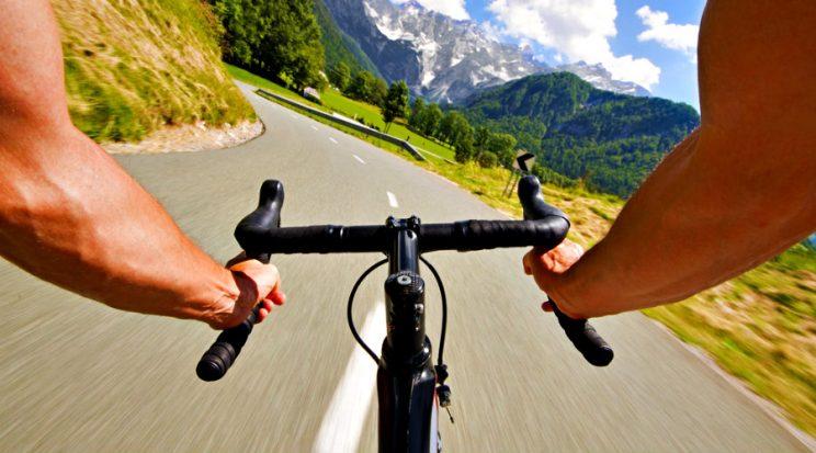 Ciclista bajando en bicicleta