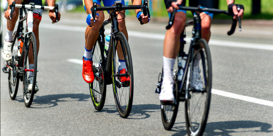 ciclistas corriendo