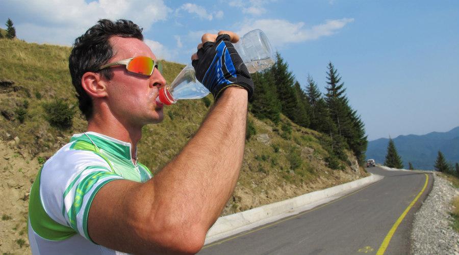 ciclista bebiendo