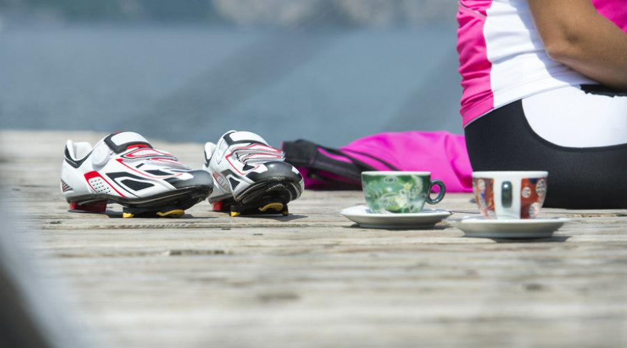 ciclistas tomando café