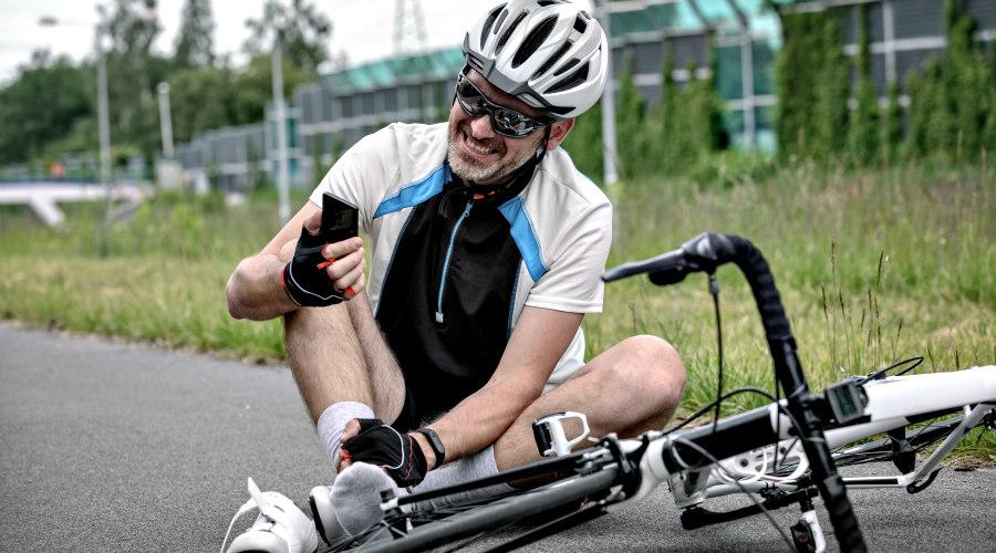 Ciclista herido con su teléfono