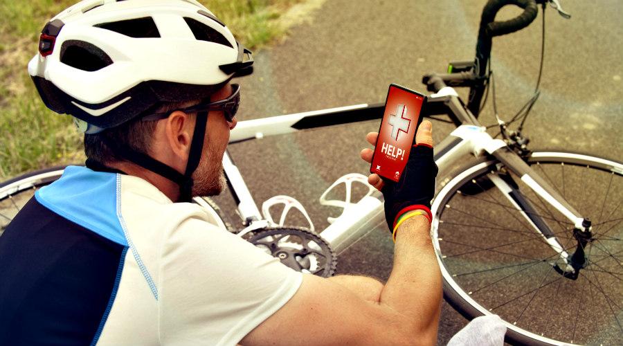 Ciclista herido llamando por teléfono