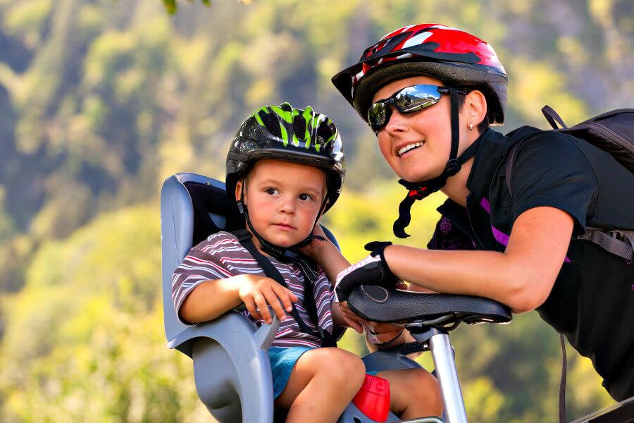 Mujer ciclista con hijo