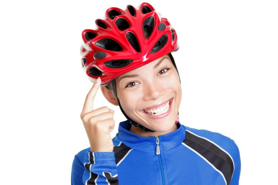 mujer ciclista con casco