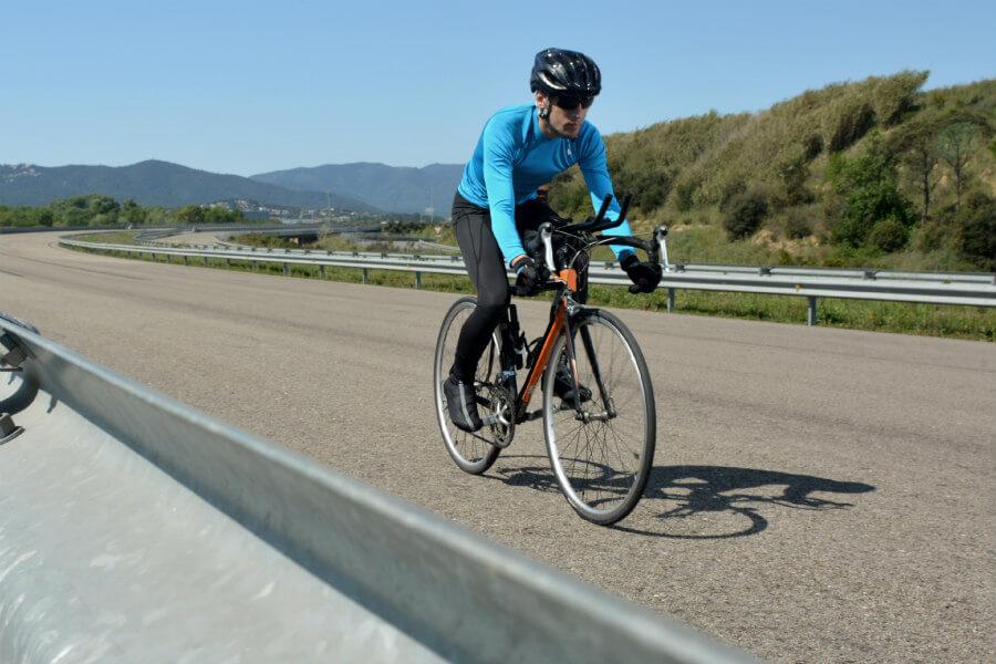 Ciclista con maillot de manga larga (1)