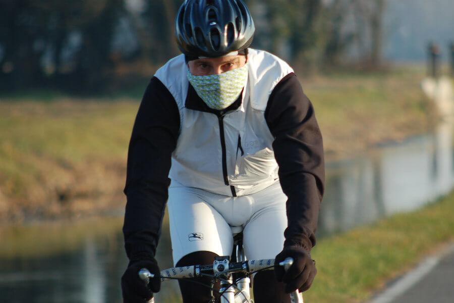 Ciclista con braga de cuello en invierno
