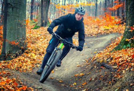 Ciclista de montaña en otoño