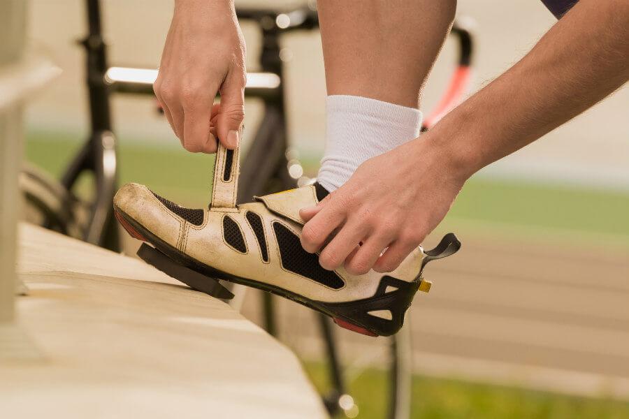 ciclista abrochándose las zapatillas