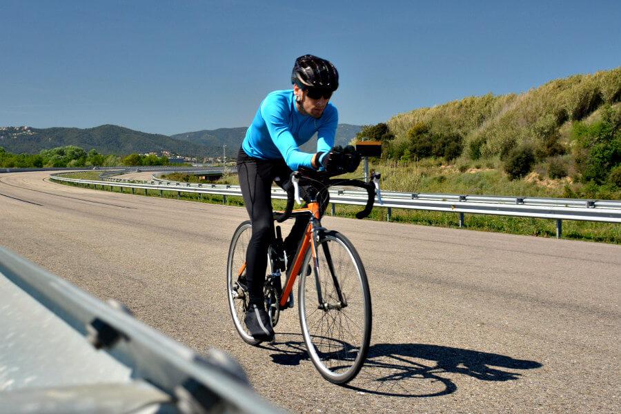 Ciclista con cubrezapatillas