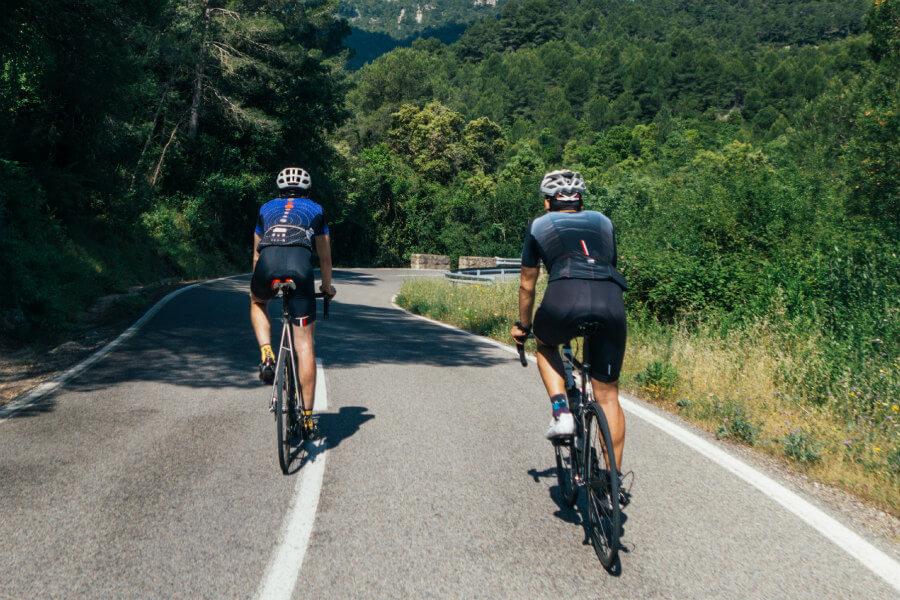 Ciclistas en carretera de montaña
