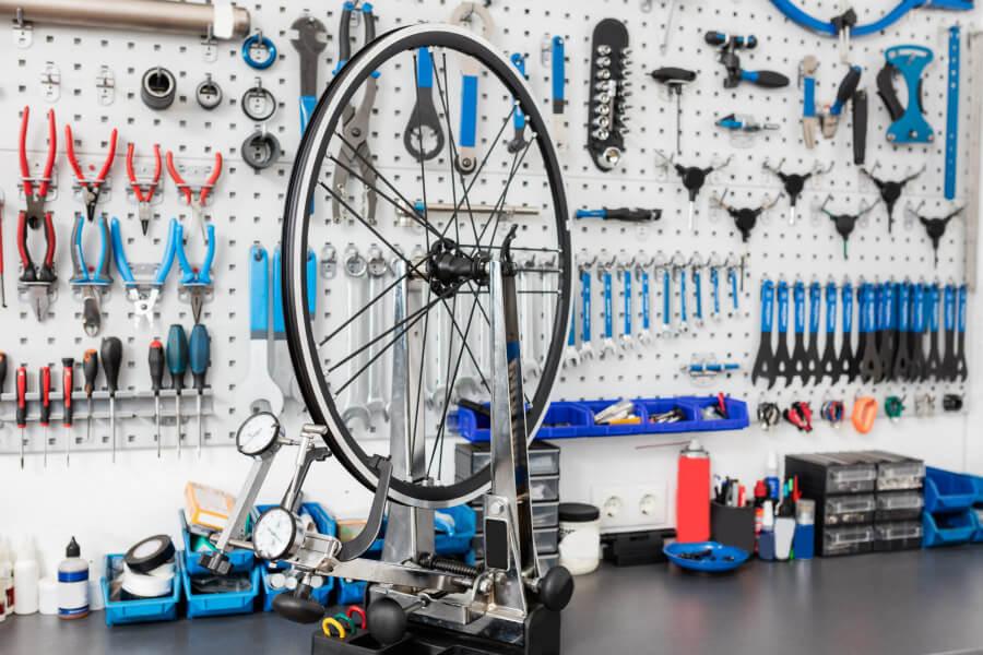 Rueda de bicicleta en taller