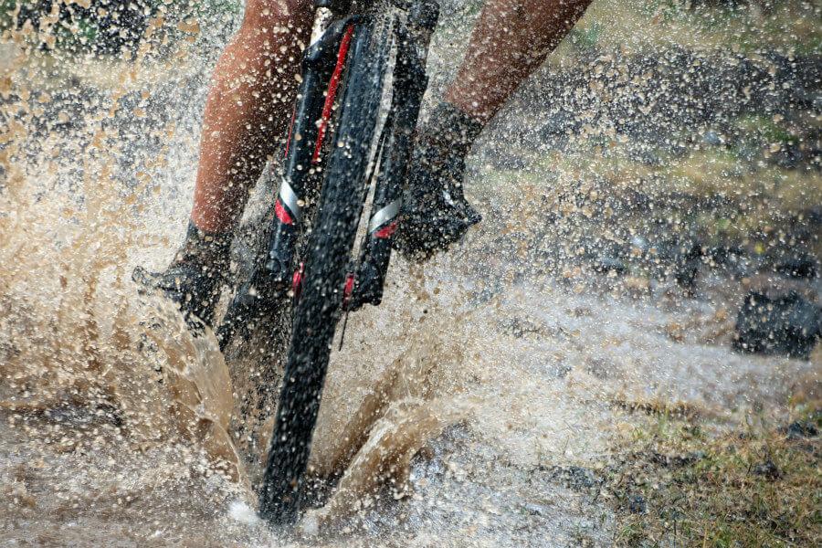 Ciclista bajo la lluvia