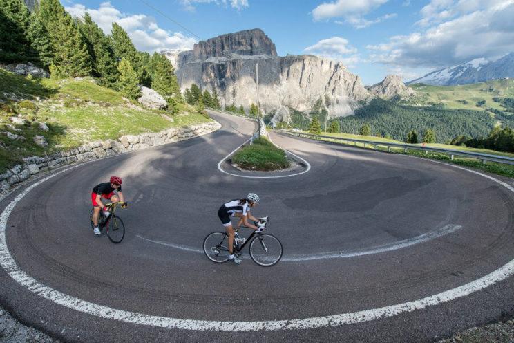Ciclistas en puerto de montaña