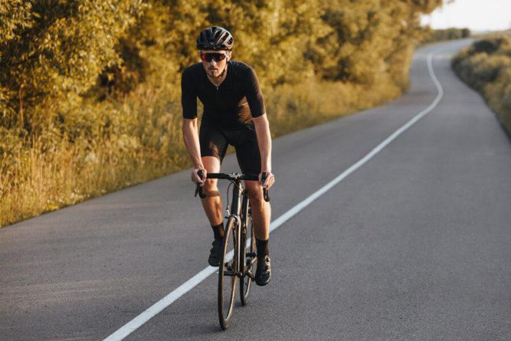 Ciclista pedaleando encima de la bicicleta