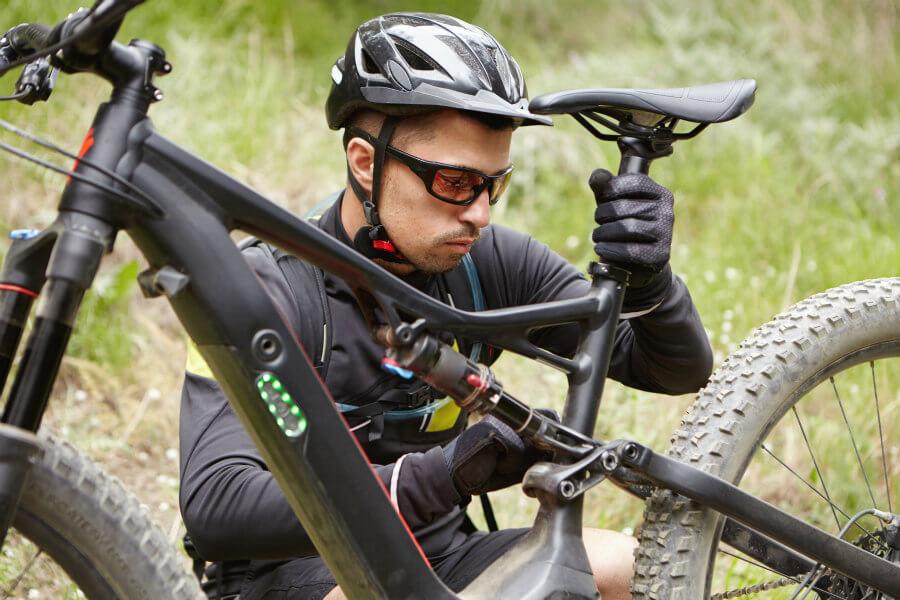 ciclista regulando la altura de la tija de su ebike (1)