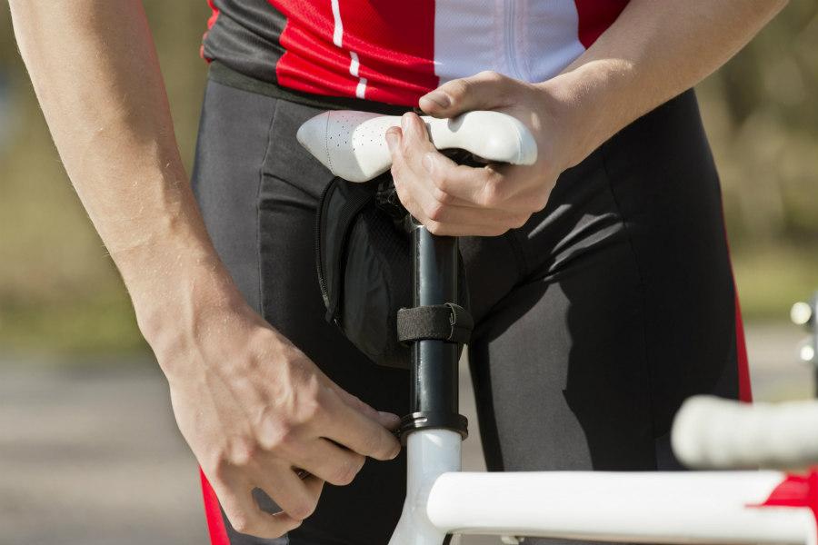 Ciclista ajustando la altura del sillín