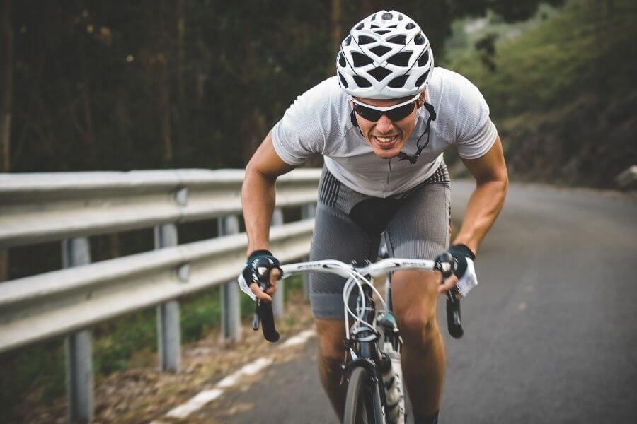 ciclista de carretera esprintando