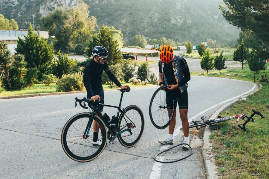 Ciclistas reparando un pinchazo