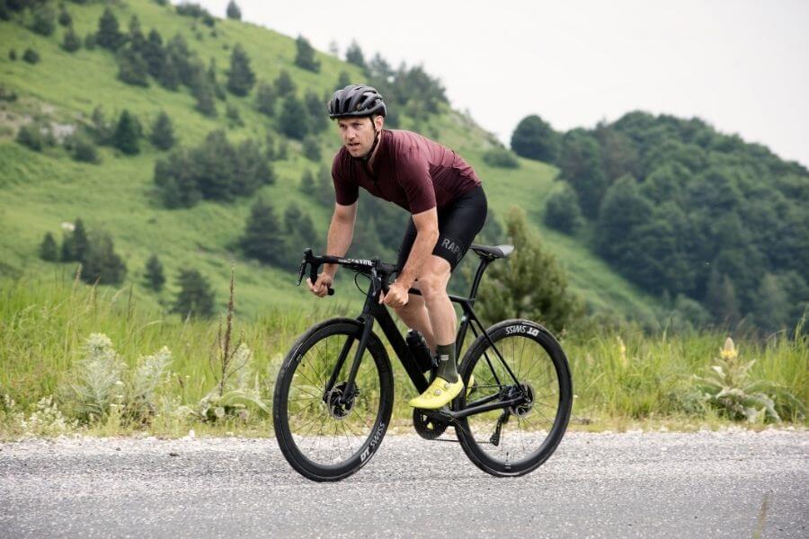 Ciclista con bicicleta de carretera de Gran Fondo Canyon Endurace