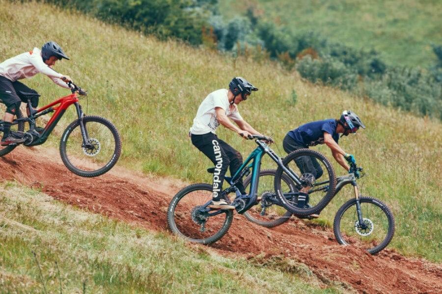 Ciclistas practicando enduro con bicicletas de montaña eléctricas