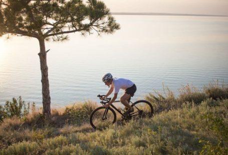 Ciclista con bicicleta de gravel