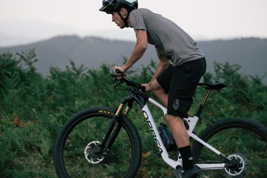 Ciclista con bicicleta de montaña Orbea