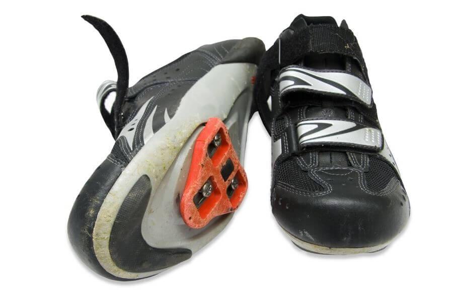Calas en zapatillas de ciclismo para carretera