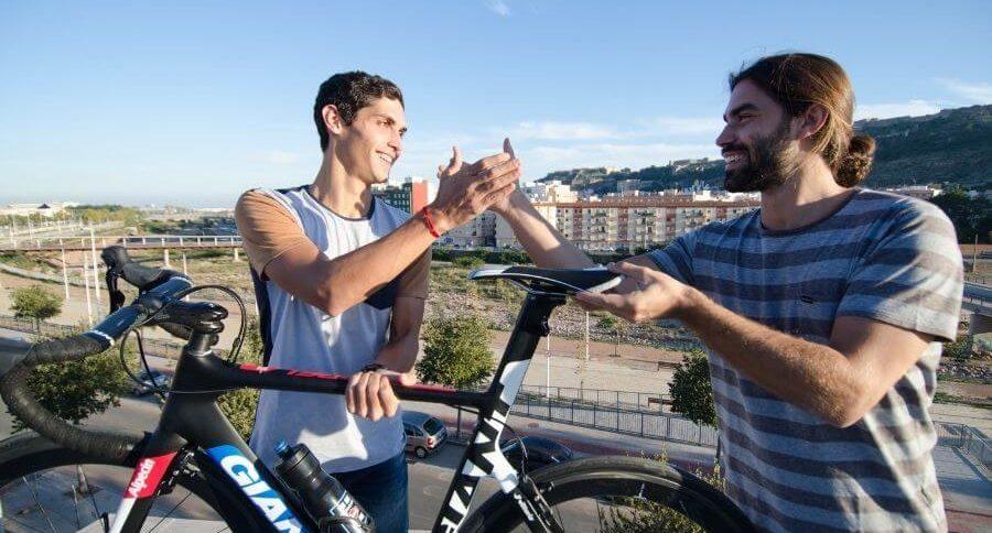 Saludo entre dos ciclistas