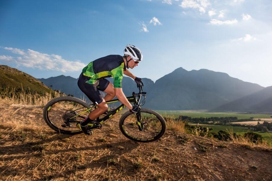 Ciclista con bicicleta de montaña